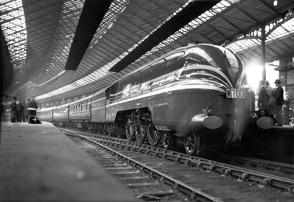 Aerodynamic「LMS streamlined Princess Coronation Class 4-6-2 No.6220 Coronation at Euston with the Coronation Scot. 1937」:写真・画像(18)[壁紙.com]
