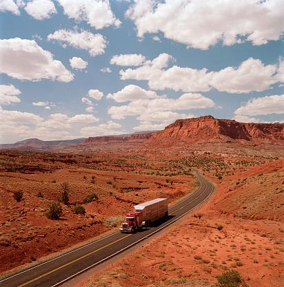 Capitol Reef National Park「USA, Utah, Capitol Reef National Park, lorry on Highway 24」:スマホ壁紙(16)