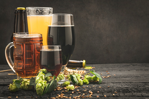 Craft Beer「Beer glass surrounded by hops on wooden background」:スマホ壁紙(17)
