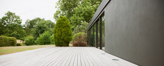 Lawn「Patio and backyard of modern house」:スマホ壁紙(3)