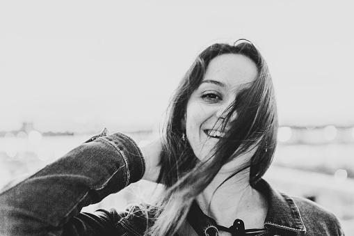 ファッションモデル「ニューヨーク マンハッタンの高線の上の笑顔の女性」:スマホ壁紙(6)