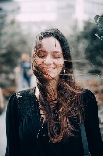 ファッションモデル「ニューヨーク マンハッタンの高線の上の笑顔の女性」:スマホ壁紙(4)