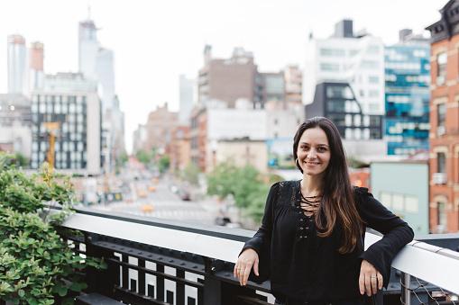 ファッションモデル「ニューヨーク マンハッタンの高線の上の笑顔の女性」:スマホ壁紙(5)