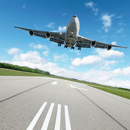 雲「XL ジャンボジェットのランウェイから着陸する飛行機」:スマホ壁紙(7)