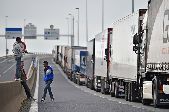 Semi-Truck「Calais Migrants Continue To Board Vehicles At The Channel Tunnel」:写真・画像(15)[壁紙.com]