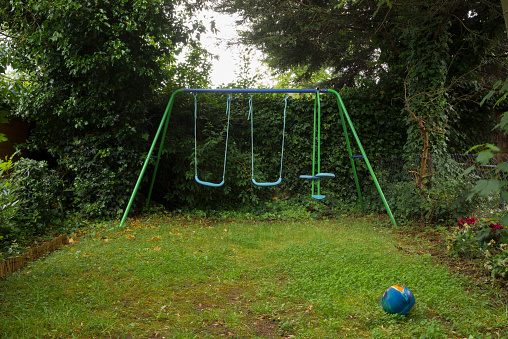 Lawn「Empty swing set in backyard」:スマホ壁紙(5)