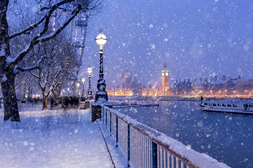 街灯「Snowing on Jubilee Gardens in London at dusk」:スマホ壁紙(8)