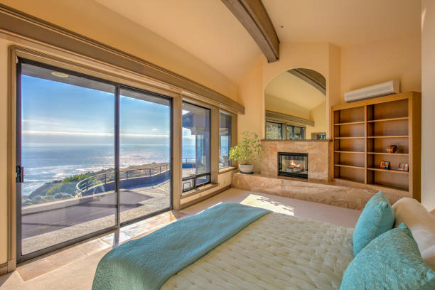 Bedroom: Modern, luxurious  by ocean in northern California:スマホ壁紙(壁紙.com)