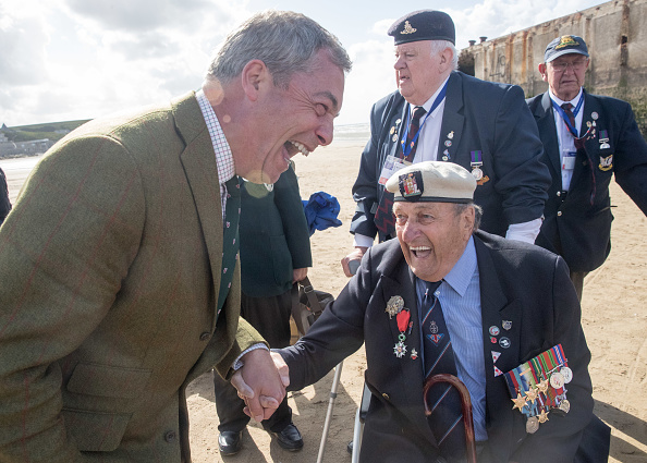 参加者「Black Cab Charity Takes WWII Veterans Back To The Beaches Of Northern France For Last Time」:写真・画像(15)[壁紙.com]