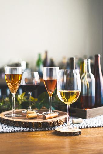 お正月「ワインの試飲ワインとグラスの様々 なボトルのテーマ」:スマホ壁紙(8)