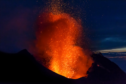 Active Volcano「Italy, Aeolian Islands, Stromboli, volcanic eruption before night sky background, lava bombs」:スマホ壁紙(4)