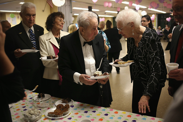 "Senior Couple「Elderly Staten Island Residents Mingle At ""Senior Prom""」:写真・画像(19)[壁紙.com]"