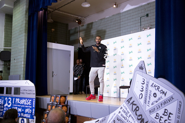 Elf「LeBron James And Sprite Unveil Refurbished Boys & Girls Club In Manhattan」:写真・画像(12)[壁紙.com]