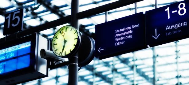 Checking the Time「Clock on railway station」:スマホ壁紙(15)