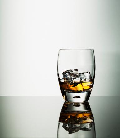 ウィスキー「ハイボールグラスに氷のアルコール飲料」:スマホ壁紙(12)
