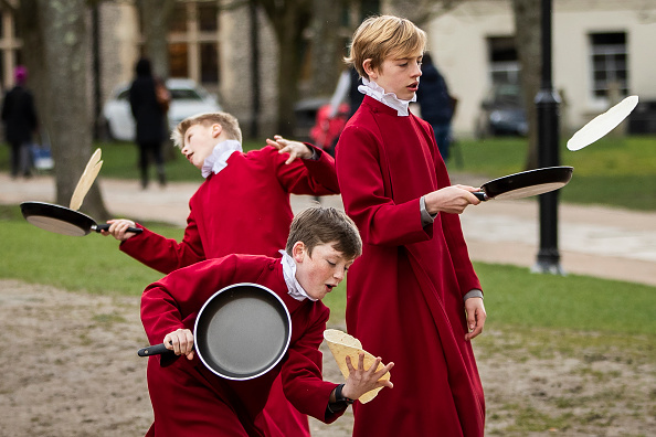 Bestpix「Shrove Tuesday Pancake Race Is Held At Winchester Cathedral」:写真・画像(6)[壁紙.com]