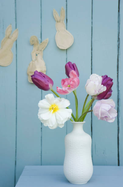 Flowers in a vase and self-made Easter decoration on wall:スマホ壁紙(壁紙.com)