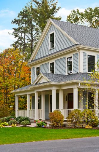 秋「Classic-style American home on a wooded lot」:スマホ壁紙(18)