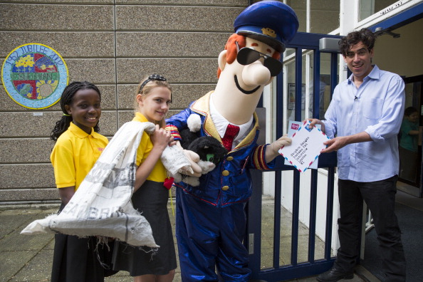 Tristan Fewings「Stephen Mangan Visits Sulivan Primary School For Q And A With Postman Pat」:写真・画像(13)[壁紙.com]