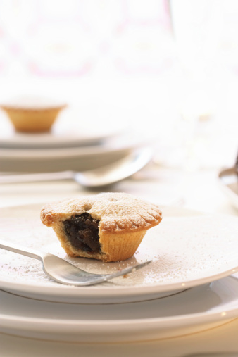 Mince Pie「Mince pie on plate with bite taken out, close up」:スマホ壁紙(17)