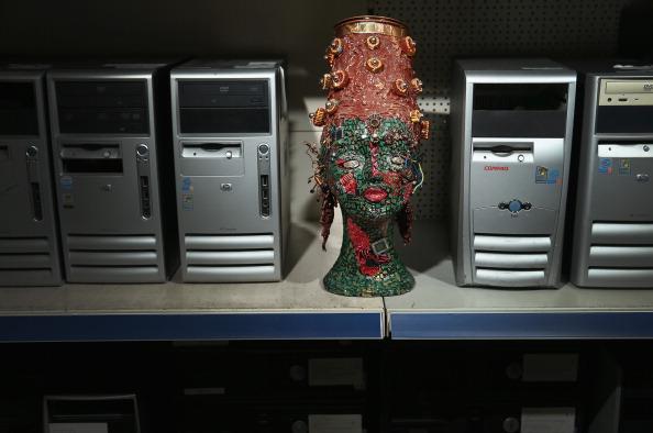 Female Likeness「Berlin Man, With Help, Creates Art From Electronics Junk」:写真・画像(19)[壁紙.com]