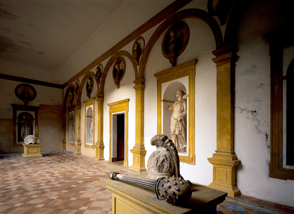 Tiled Floor「Old statues on wall with tile flooring」:写真・画像(8)[壁紙.com]