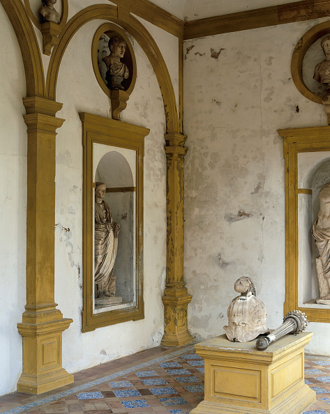 Tiled Floor「Old statues on wall with pillars」:写真・画像(12)[壁紙.com]