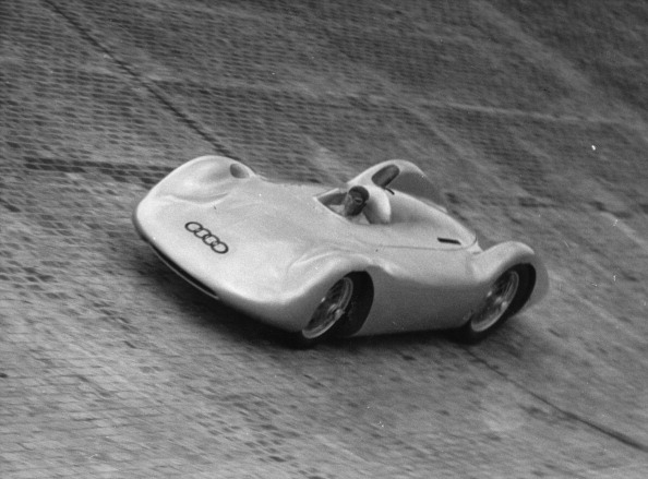 Sports Track「With an Auto-Union racing car, Bernd Rosemeyer tests the new North curve of the AVUS (Automobil-Verkehrs- und Uebungs-Strasse) in Berlin」:写真・画像(10)[壁紙.com]