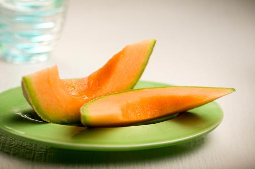 メロン「Two slices of cantaloupe on plate」:スマホ壁紙(9)