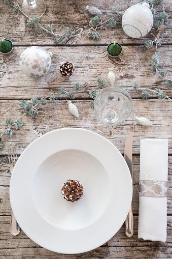 テーブルセッティング「Place setting on laid table at Christmas time」:スマホ壁紙(9)