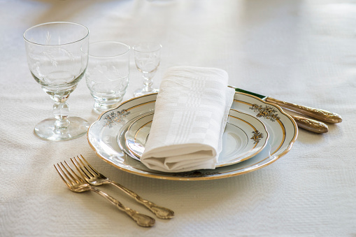 Napkin「Place setting with plates, glasses, forks and knifes」:スマホ壁紙(14)