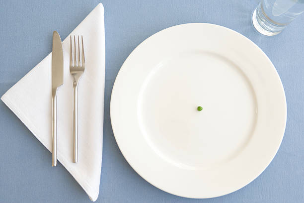Place setting with green pea in center of plate, overhead view:スマホ壁紙(壁紙.com)