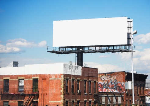 余白「Blank billboard over urban buildings」:スマホ壁紙(3)