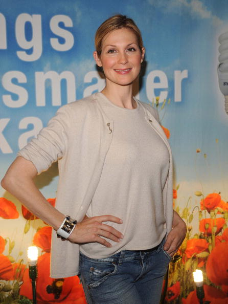 "Light Bulb「""Gossip Girl"" Star Kelly Rutherford Debuts Smallest CFL On Earth Day!」:写真・画像(2)[壁紙.com]"