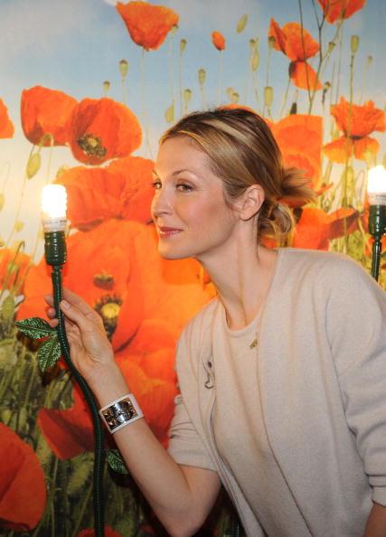 "Light Bulb「""Gossip Girl"" Star Kelly Rutherford Debuts Smallest CFL On Earth Day!」:写真・画像(3)[壁紙.com]"