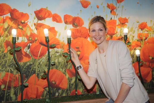"Light Bulb「""Gossip Girl"" Star Kelly Rutherford Debuts Smallest CFL On Earth Day!」:写真・画像(1)[壁紙.com]"