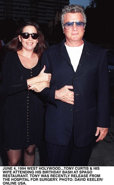 Denny Keeler「Tony Curtis And His Wife Lisa Deutsch Arrive At Spago Restaurant In Los Angeles」:写真・画像(4)[壁紙.com]