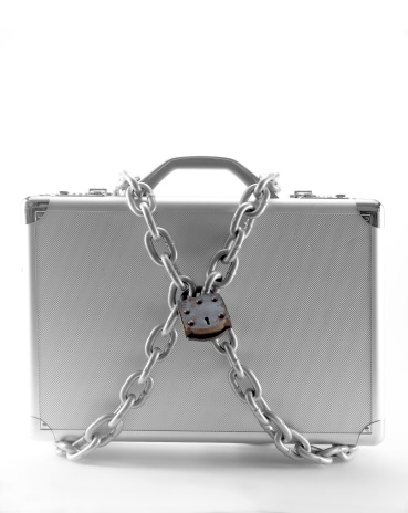 Briefcase「Briefcase wrapped in padlock and chain」:スマホ壁紙(3)