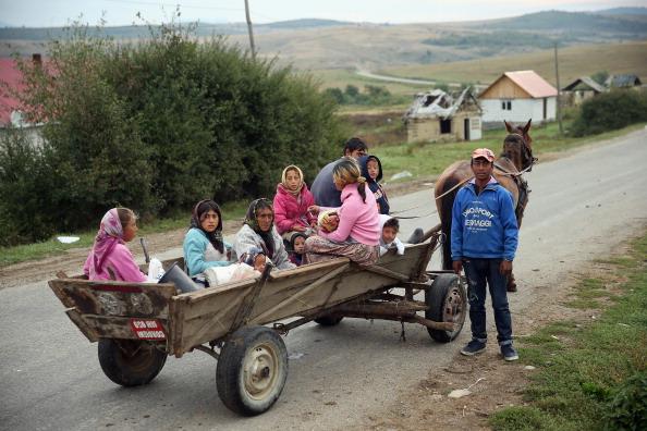 乗り物・交通「Roma Communities Struggle Against Abject Poverty」:写真・画像(9)[壁紙.com]