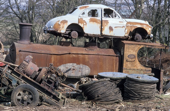 Rusty「Andrew Barclay 0-4-0ST No.1069 of 1906 with MG Magnette car. An early 20th century locomotive reaching obsolescence at the same time as a mid 20th century car. The location is Thomas Muir's scrapyard in Fife on Monday 3rd April 1989.」:写真・画像(12)[壁紙.com]