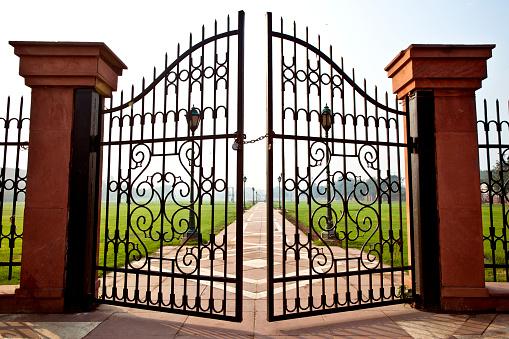 Delhi「Large iron gates secured with padlock」:スマホ壁紙(15)