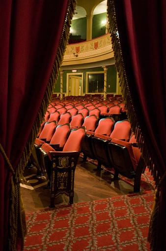 Auditorium「Rows of red chairs in theatre auditorium」:スマホ壁紙(0)