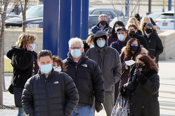 In A Row「People Line Up For COVID-19 Vaccinations In New York」:写真・画像(10)[壁紙.com]