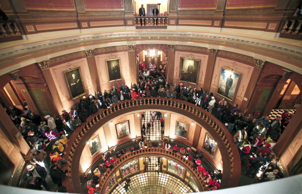 In A Row「Michigan's Right-To-Work Legislation Draws Large Protests At Capitol」:写真・画像(14)[壁紙.com]
