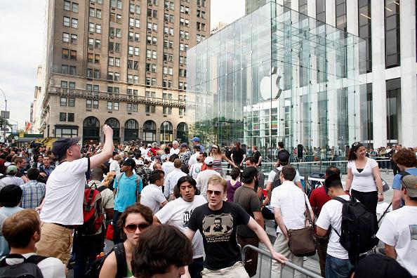 In A Row「Long-Awaited Apple iPhone Goes On Sale Across U.S」:写真・画像(3)[壁紙.com]