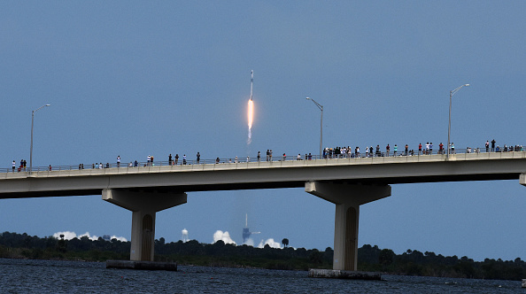 People「SpaceX Falcon-9 Rocket And Crew Dragon Capsule Launches From Cape Canaveral Sending Astronauts To The International Space Station」:写真・画像(15)[壁紙.com]