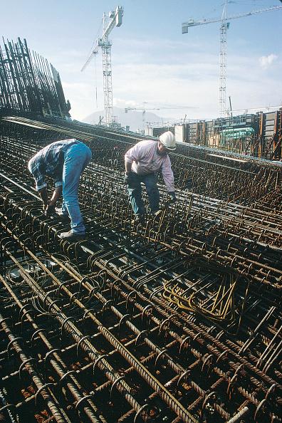 静物「Fixing steel reinforcement for in situ concrete structure. Dense reinforcement installed in dry dock for foot' of bridge piers on the Rion-Antirion bridge Greece, later floated out.」:写真・画像(2)[壁紙.com]