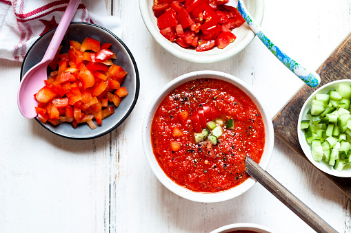 Mash - Food State「Bowl of Gazpacho with cucumber and bell pepper topping」:スマホ壁紙(13)
