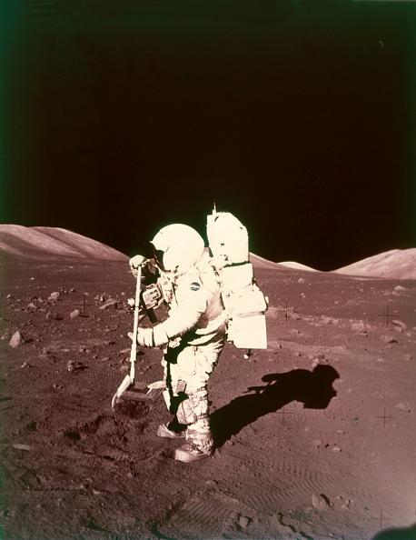 Rake「Harrison Schmitt Collects Lunar Rake Samples」:写真・画像(1)[壁紙.com]