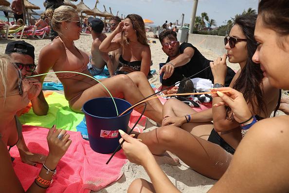 リラクゼーション「Party Tourists Flock To Mallorca's Ballermann Strip」:写真・画像(4)[壁紙.com]